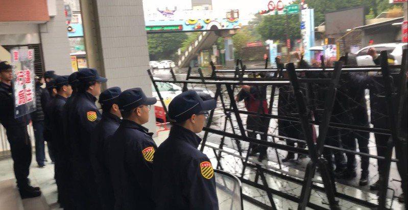 中壢分局針對選舉期間的安全維護進行實警演練,過程逼真緊湊,扮演抗議民眾的員警聲嘶力竭的喊叫聲,吸引許多民眾停下腳步多看幾眼。圖/中壢警分局提供