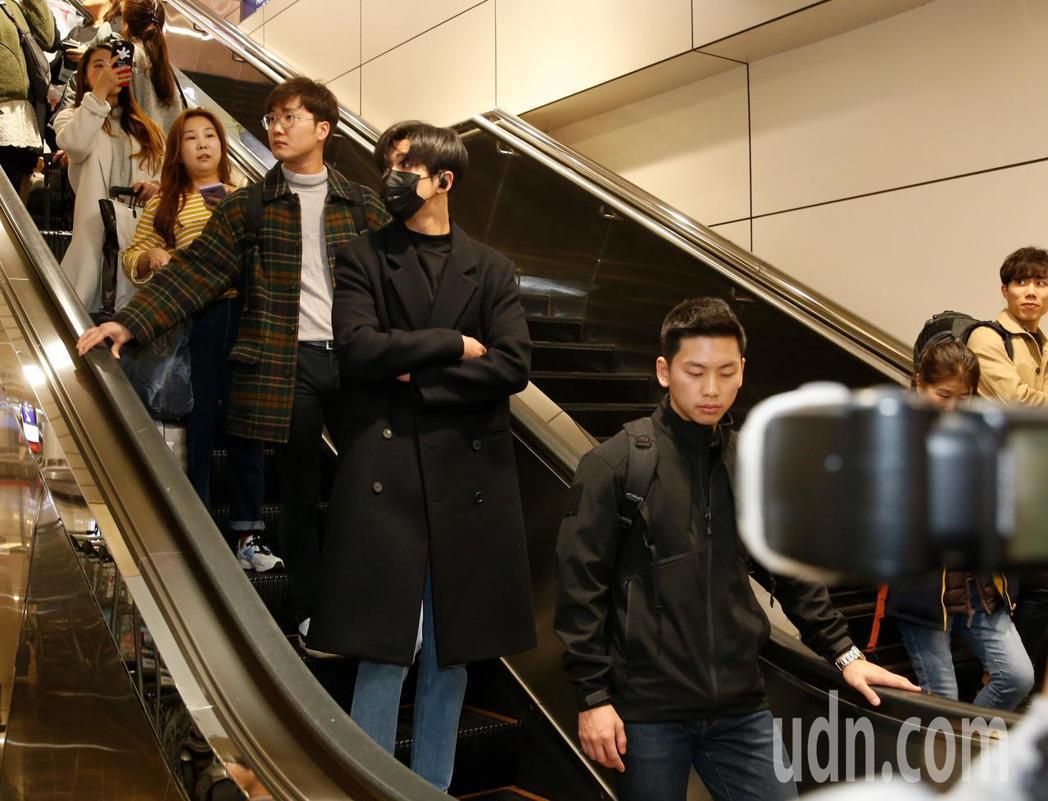 韓團SF9的成員路雲(戴口罩)中午抵台,他穿著一身黑,還戴上黑色口罩,看到粉絲的...