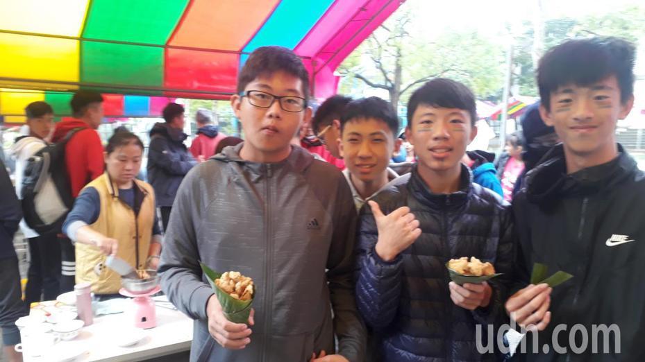 南科實中「無塑園遊會」,裝食物不用塑膠容器。記者周宗禎/攝影