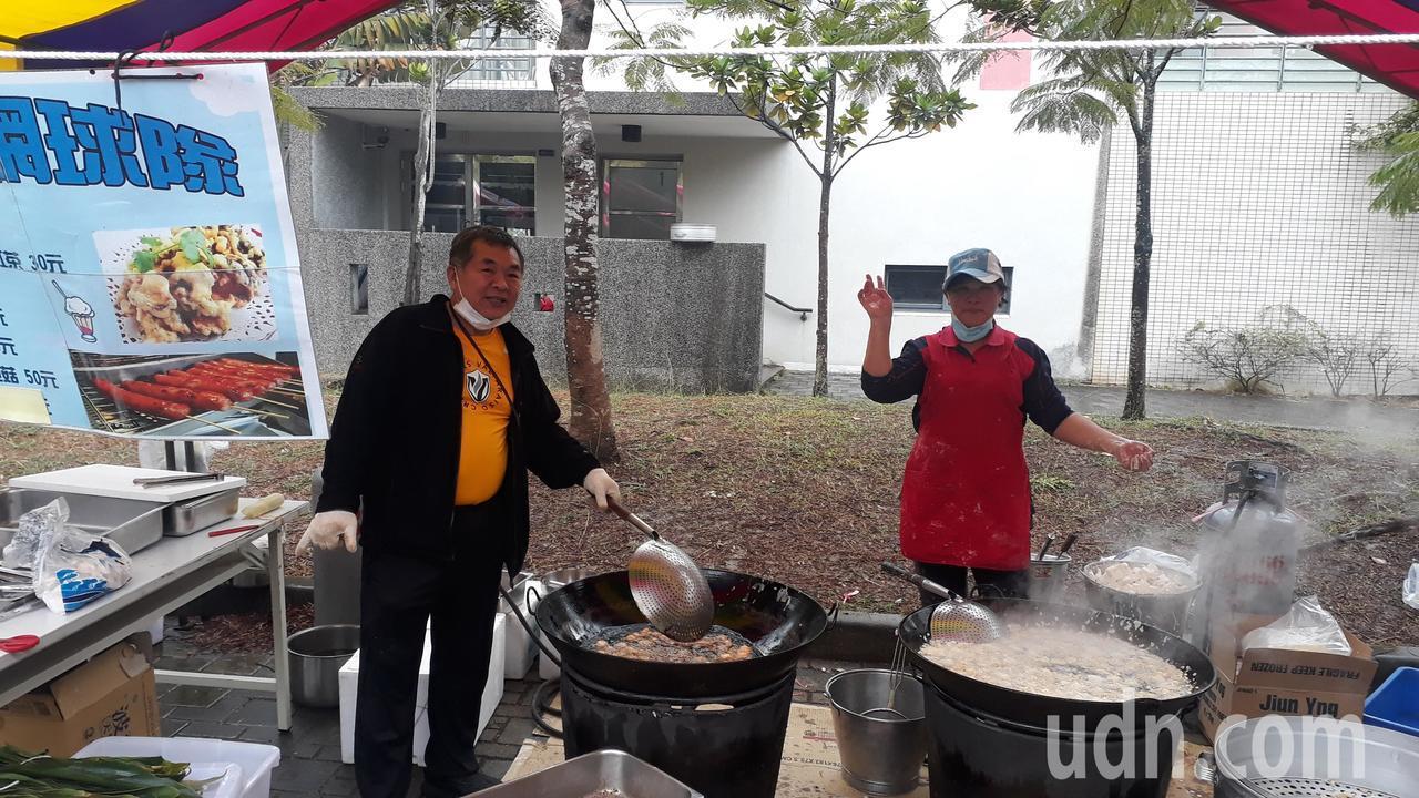 網球隊家長志工提供食材、義務烹調。記者周宗禎/攝影