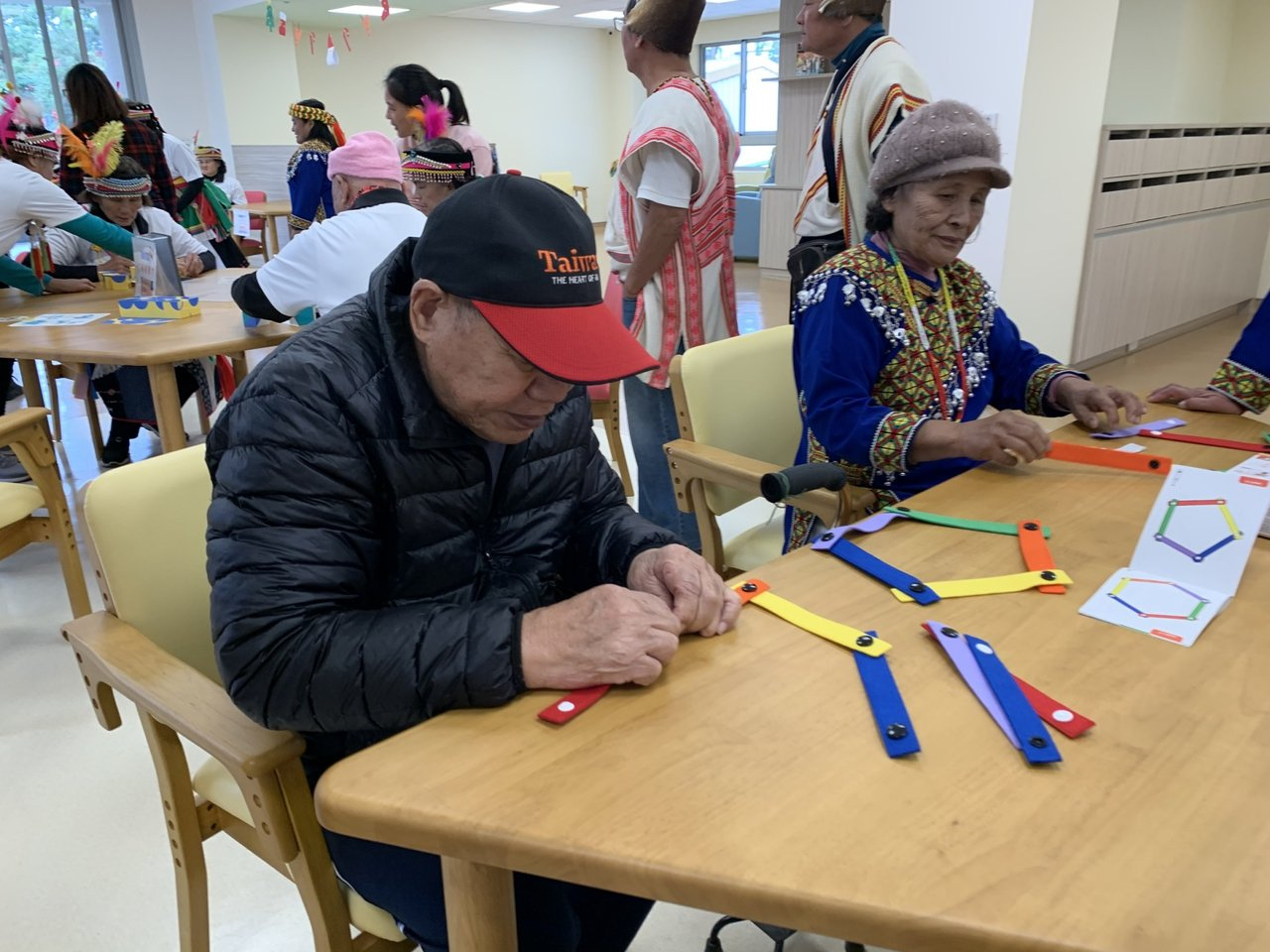 信實樓「老人日間照顧中心」使用的桌椅,符合長輩的活動需求,椅子也能因應長輩所需而...