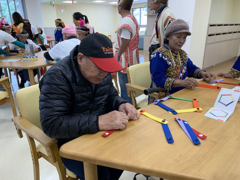 信實樓「老人日間照顧中心」使用的桌椅,符合長輩的活動需求,椅子也能因應長輩所需而調整。記者尤聰光/翻攝