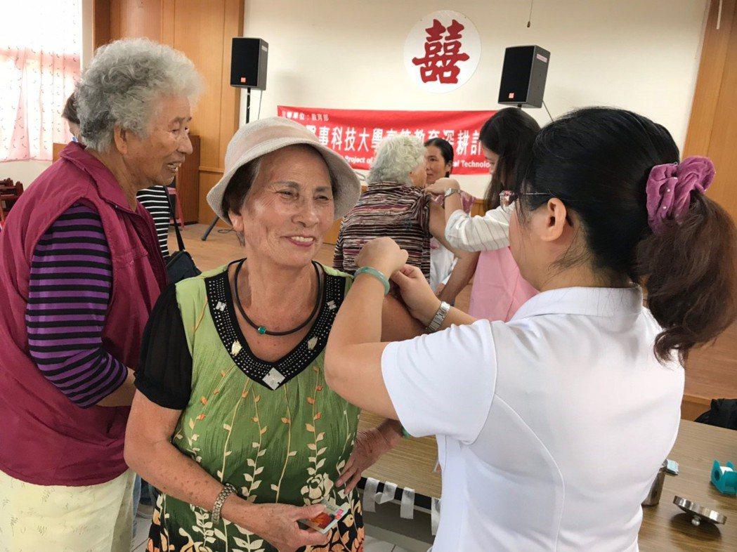 今年度公費流感疫苗自12月8日起,開放第二階段65歲以上長輩及學齡前幼童接種。圖...