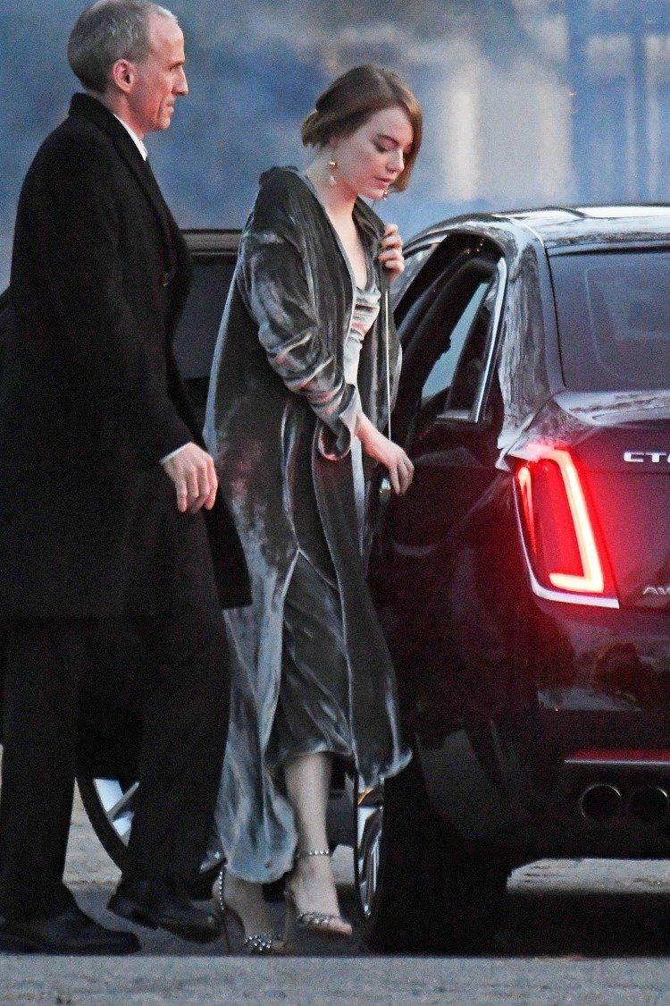 艾瑪史東在珍妮佛勞倫斯婚禮上穿了Juan Carlos Obando的長袍和晚裝...