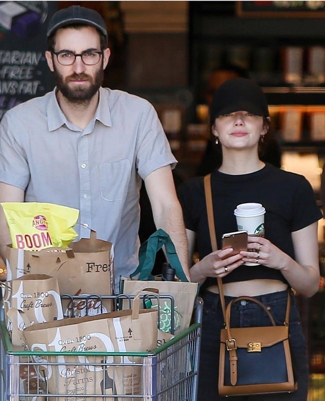 艾瑪史東日常穿搭超隨性,唯獨鍾愛路易威登LV Arch手袋15萬5,000元。圖...