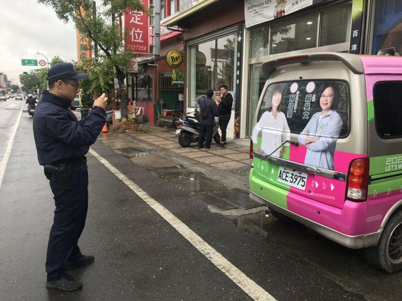 蔡培慧競選廣告車雨刷被折斷,草屯警分局查獲涉嫌破壞的老阿伯。圖/蔡培慧競選總部提供