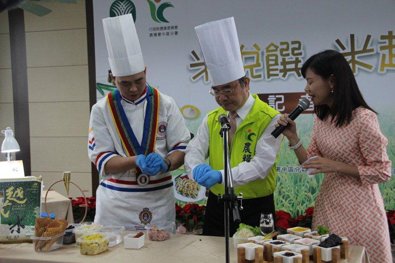 農糧署長胡忠一今天戴上廚師帽親手做料理。記者林敬家/攝影