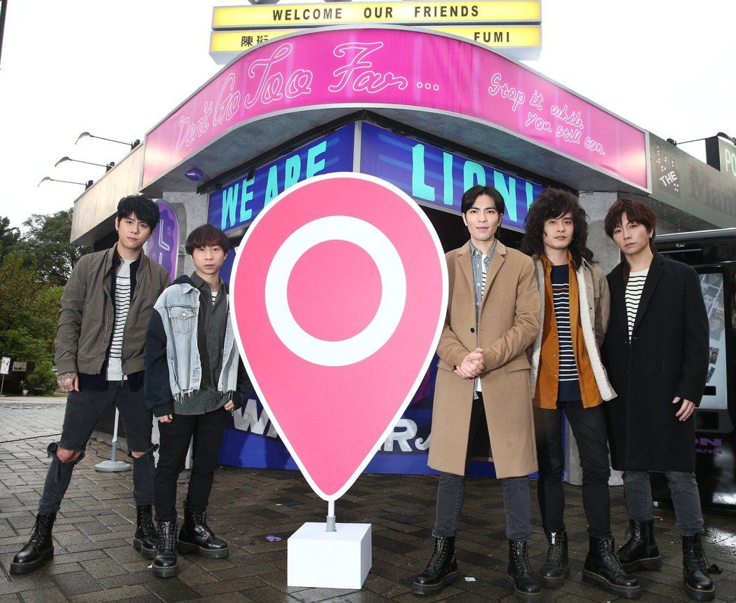 主唱蕭敬騰(右起)、貝斯手後藤史圭(Fumi)、吉他手兼團長吳力勻(力Q)、鼓手
