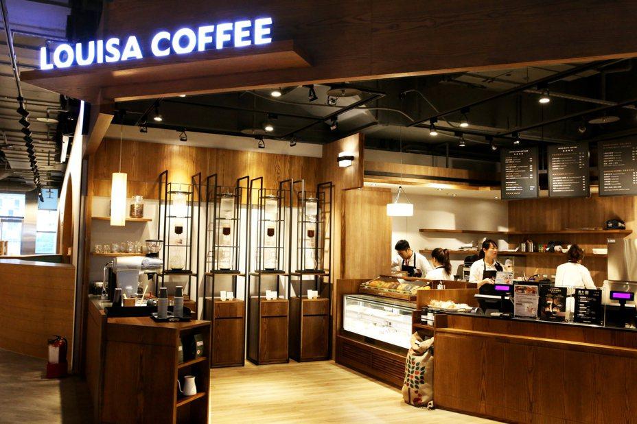 據了解,路易莎咖啡能夠擊敗國際知名品牌,獲得蔦屋書店青睞的主要原因是將閱讀與咖啡完美結合。 圖/路易莎咖啡提供