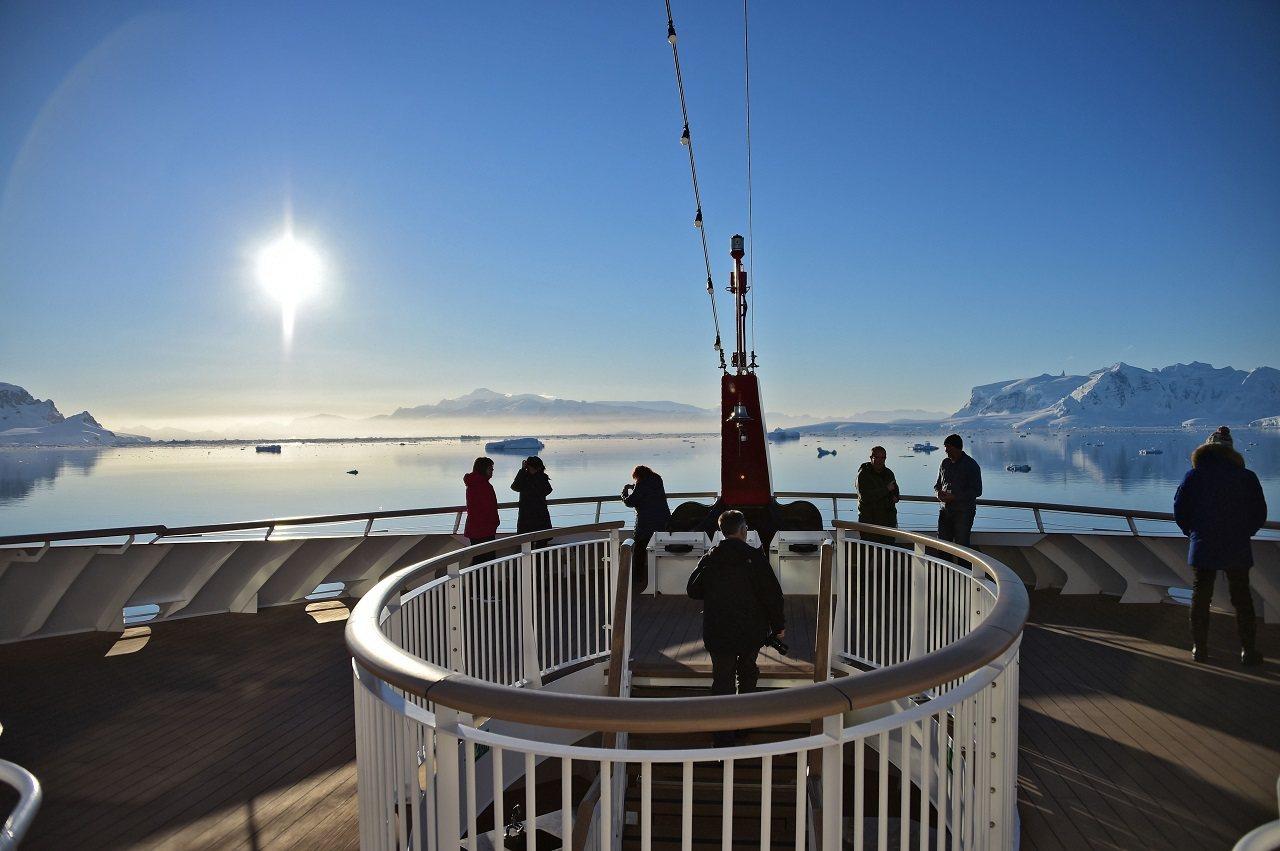 「阿蒙森號」乘客11月7日於南設得蘭群島的奇里瓜諾灣(Chiriguano Ba...
