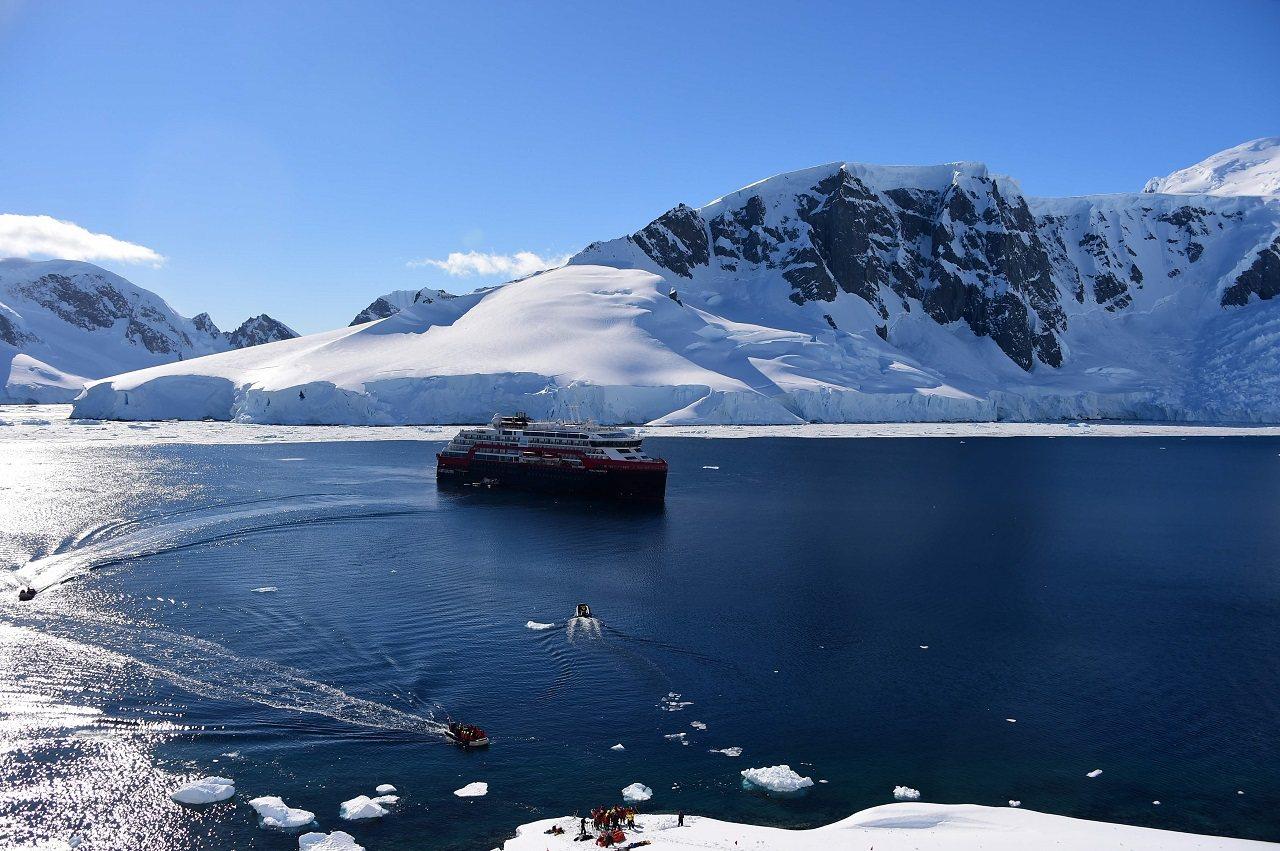 海德路德遊輪(Hurtigruten)油電混合動力遠征郵輪「阿蒙森號」11月8日...