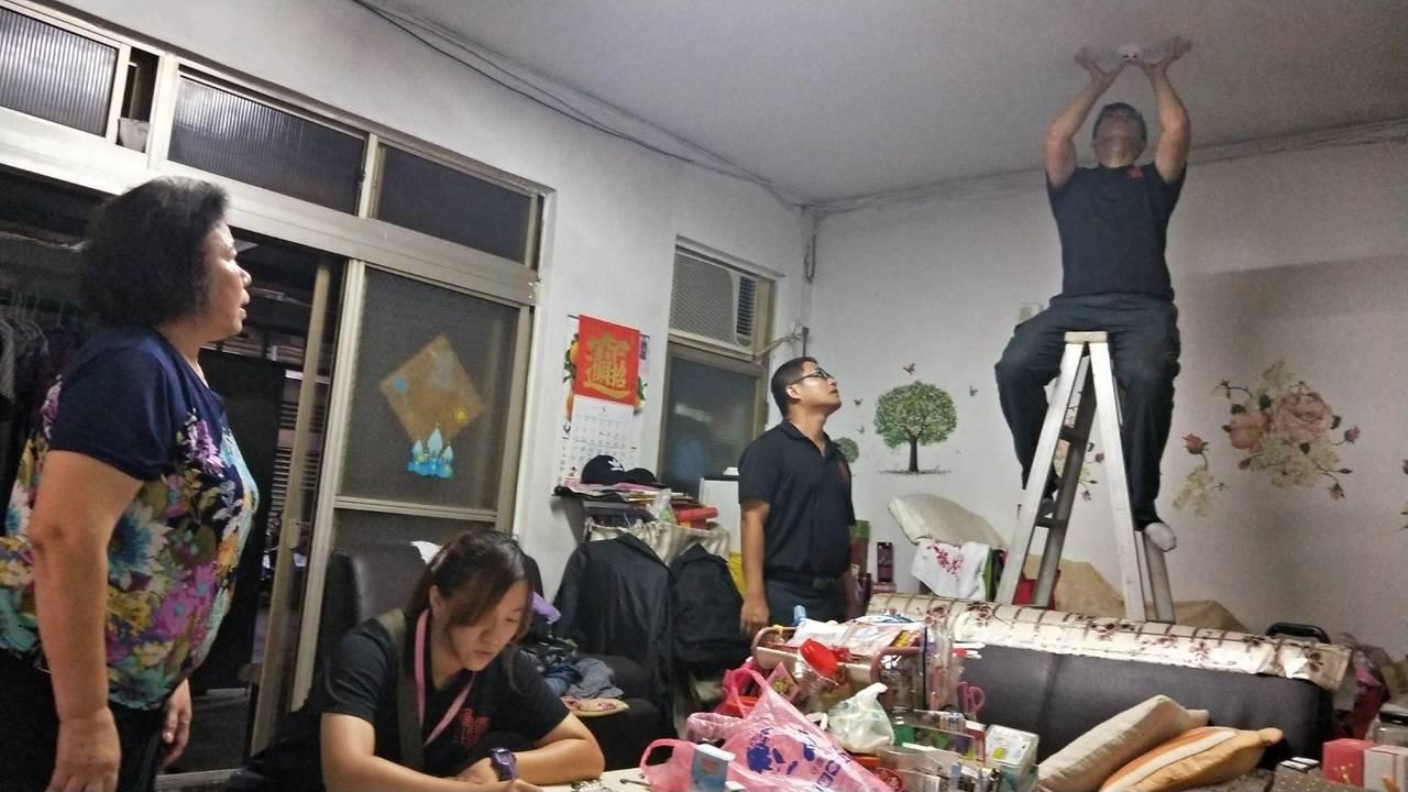 消防人員協助民眾到住家安裝火警偵煙器。記者巫鴻瑋/翻攝