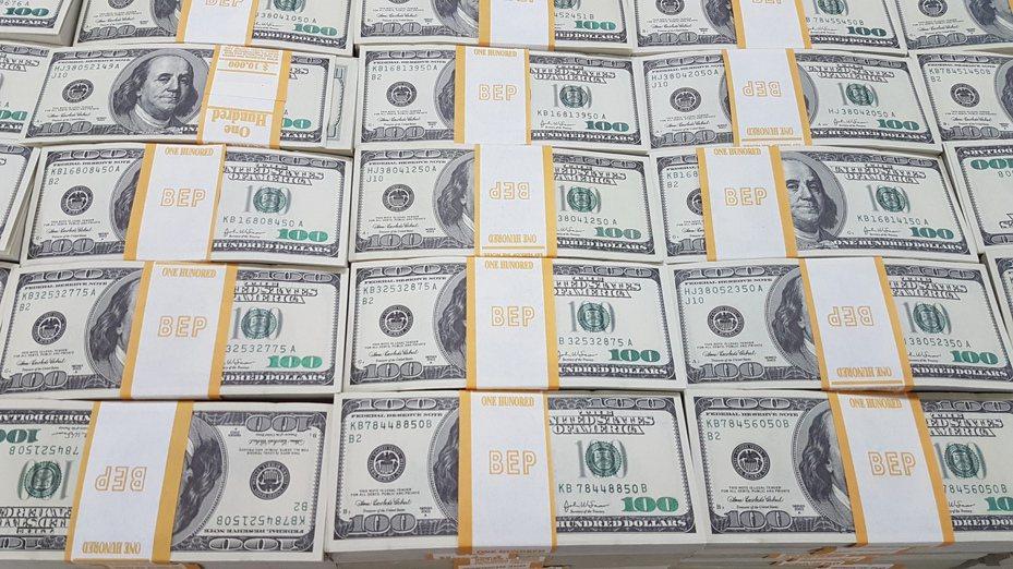 廖姓男子涉嫌印製假美鈔販售,刑事局查獲廖等5人,搜出美金總額1092萬餘元的百元假鈔,為國內破獲最大宗假美鈔。記者李奕昕/攝影
