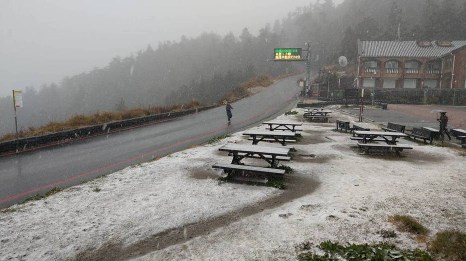 花蓮合歡山山區,今天中午過後飄雪。圖/太魯閣國家公園管理處提供