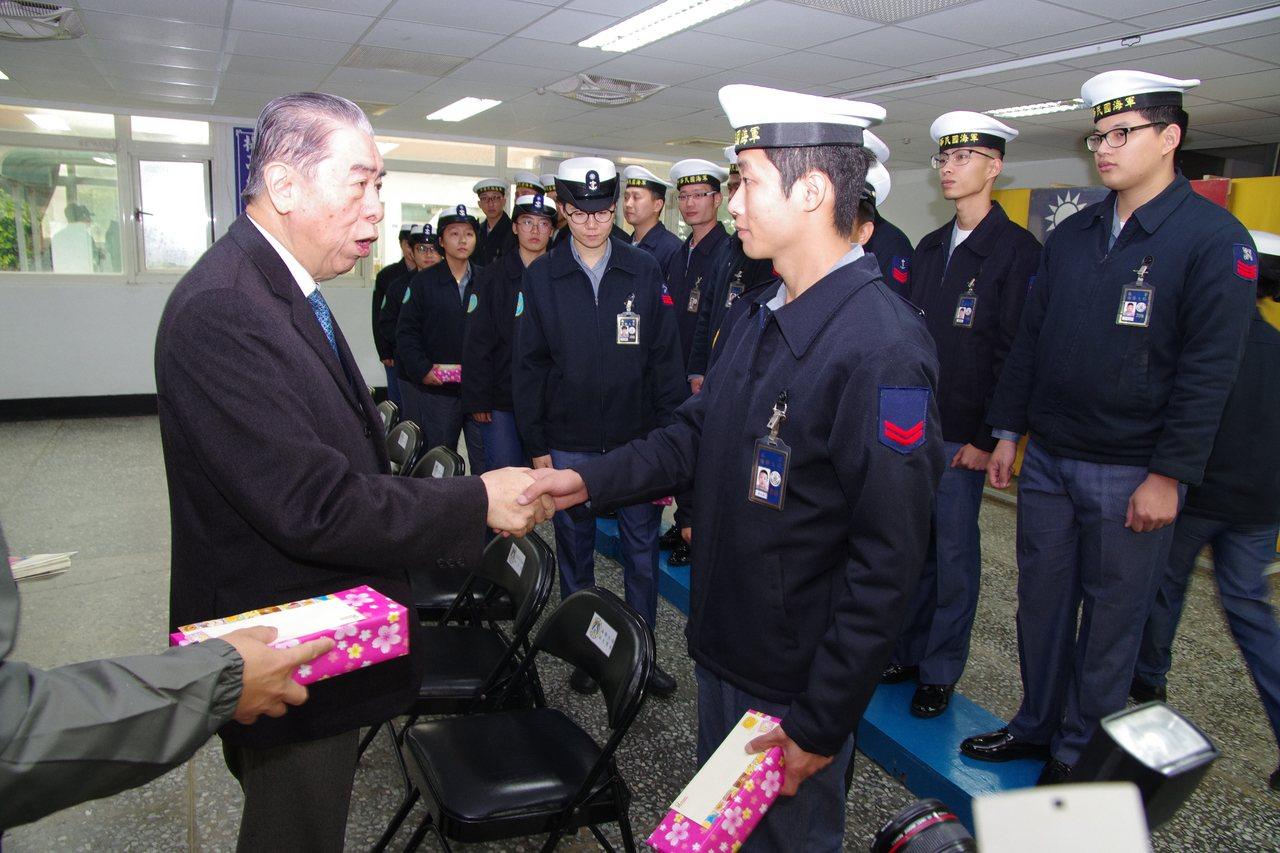 李棟樑致贈官兵紀念品。記者程嘉文/攝影