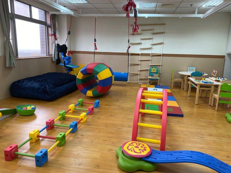 早療治療將透過特殊設計的遊戲及活動分析技巧,給予孩童最適切的挑戰來逐步提升能力。圖/仁慈醫院提供