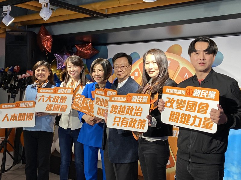 親民黨立委候選人宣明智(右三)、劉宥彤(右二)、蔡沁瑜(左二)、黃綉晶(左一)、李正皓(右一)。記者蔡晉宇/攝影