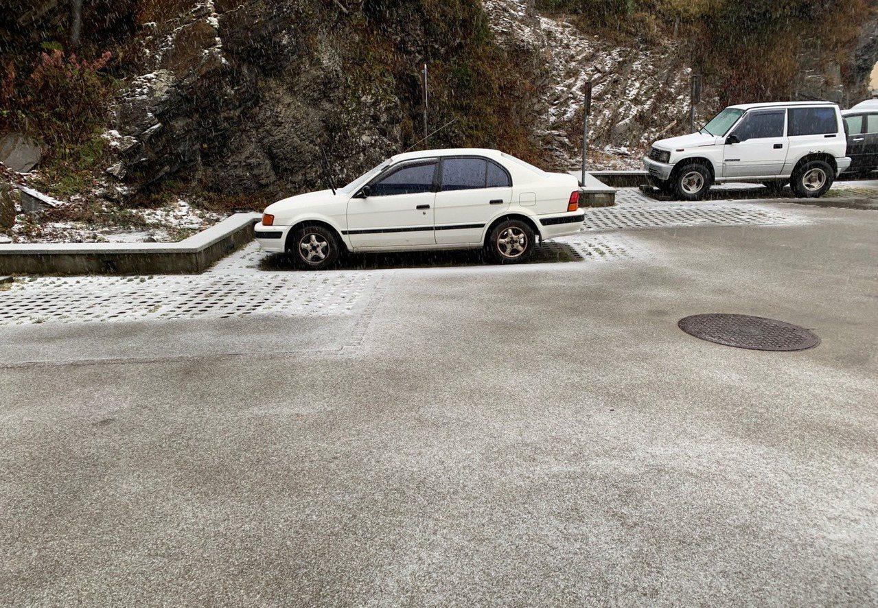 冷氣團來襲氣溫直降,合歡山頭飄雪,松雪樓前廣場覆蓋薄雪。東勢林區管理處表示,為顧...