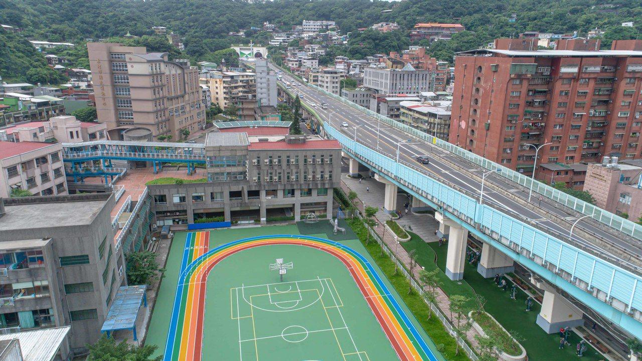 基隆改造空間有成校園彩虹步吸睛,台灣景觀大獎奪2獎項。圖/基隆市政府提供
