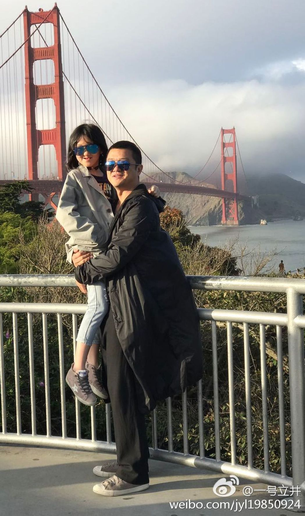 李嫣已經小學畢業了,而李亞鵬對女兒的最大期許是快樂成長。圖╱摘自微博