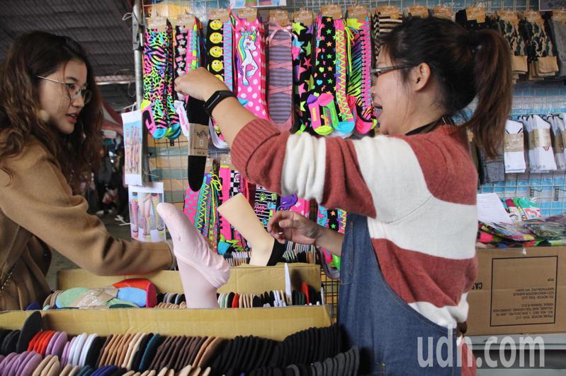 台明公司市場雖在國外,今年也設攤參加社頭織襪芭樂節活絡產業。記者林敬家/攝影