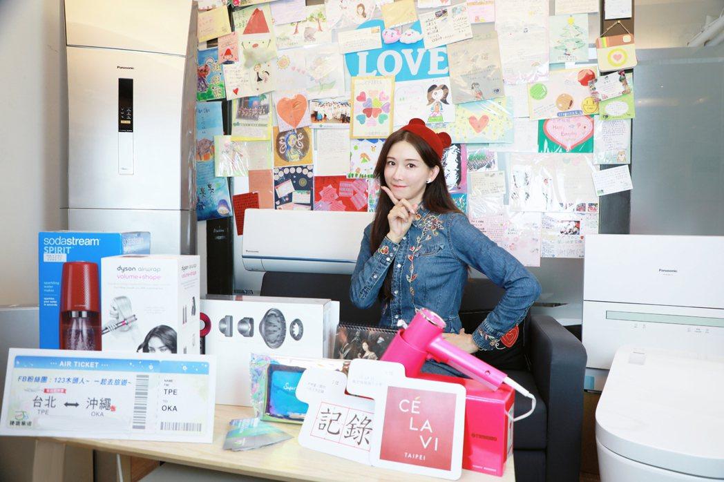 林志玲扮萌甜笑,與眾多獎品一同合影。圖/志玲姊姊慈善基金會提供