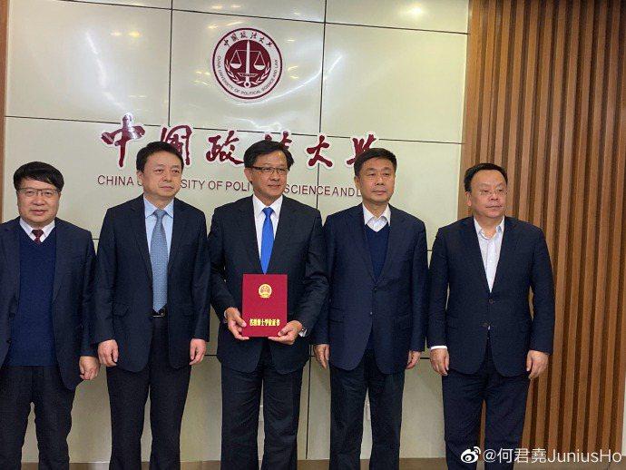 香港立法會議員何君堯6日獲頒中國政法大學名譽博士學位。(取自何君堯微博)