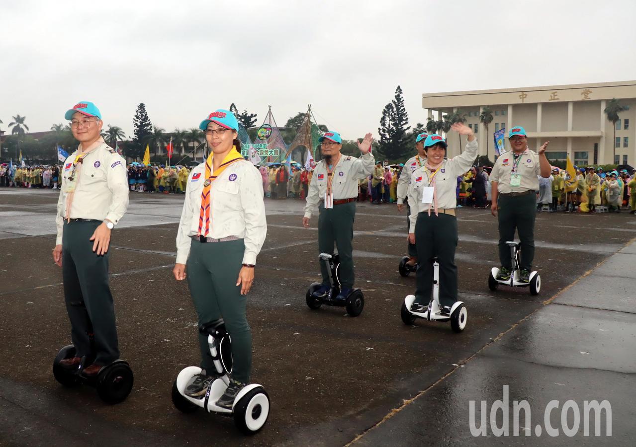 童軍聯合露營大會校閱隊伍,令人眼睛一亮。在中正國防幹部預備學校展開3天2夜活動。...
