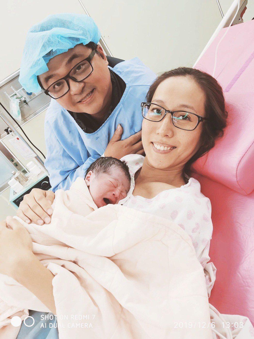 張詩盈在夫婿陪伴下開心迎接小兒子誕生。圖/海鵬提供