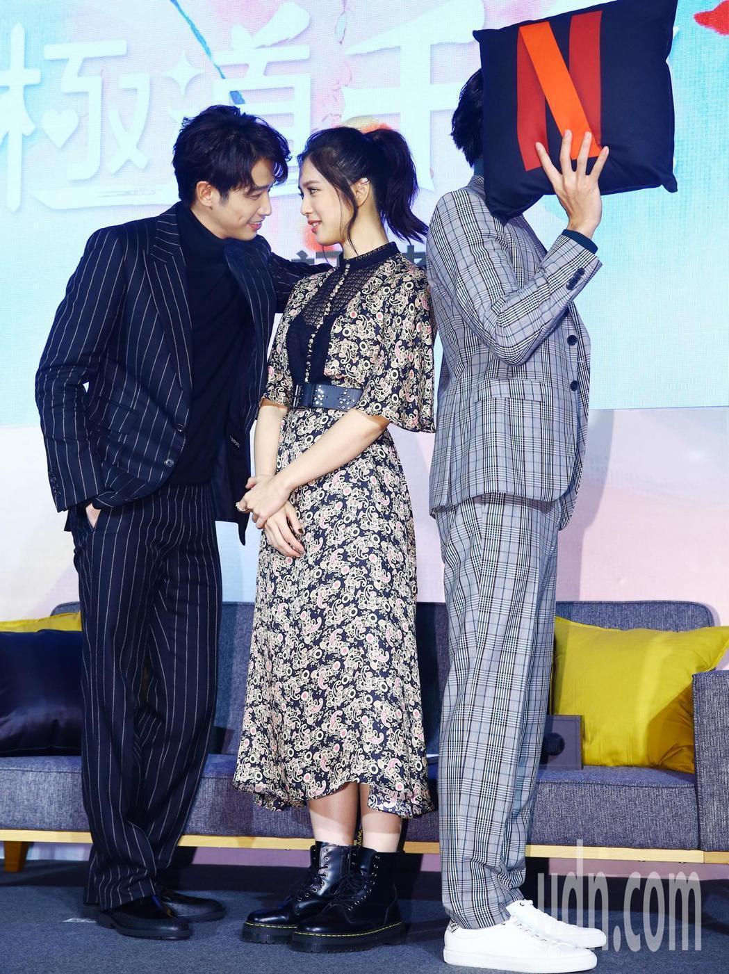 曹佑寧(右)權充「牆壁」,讓劇中男女主角劉以豪(左)、劉奕兒(中)壁咚,雙劉二人...