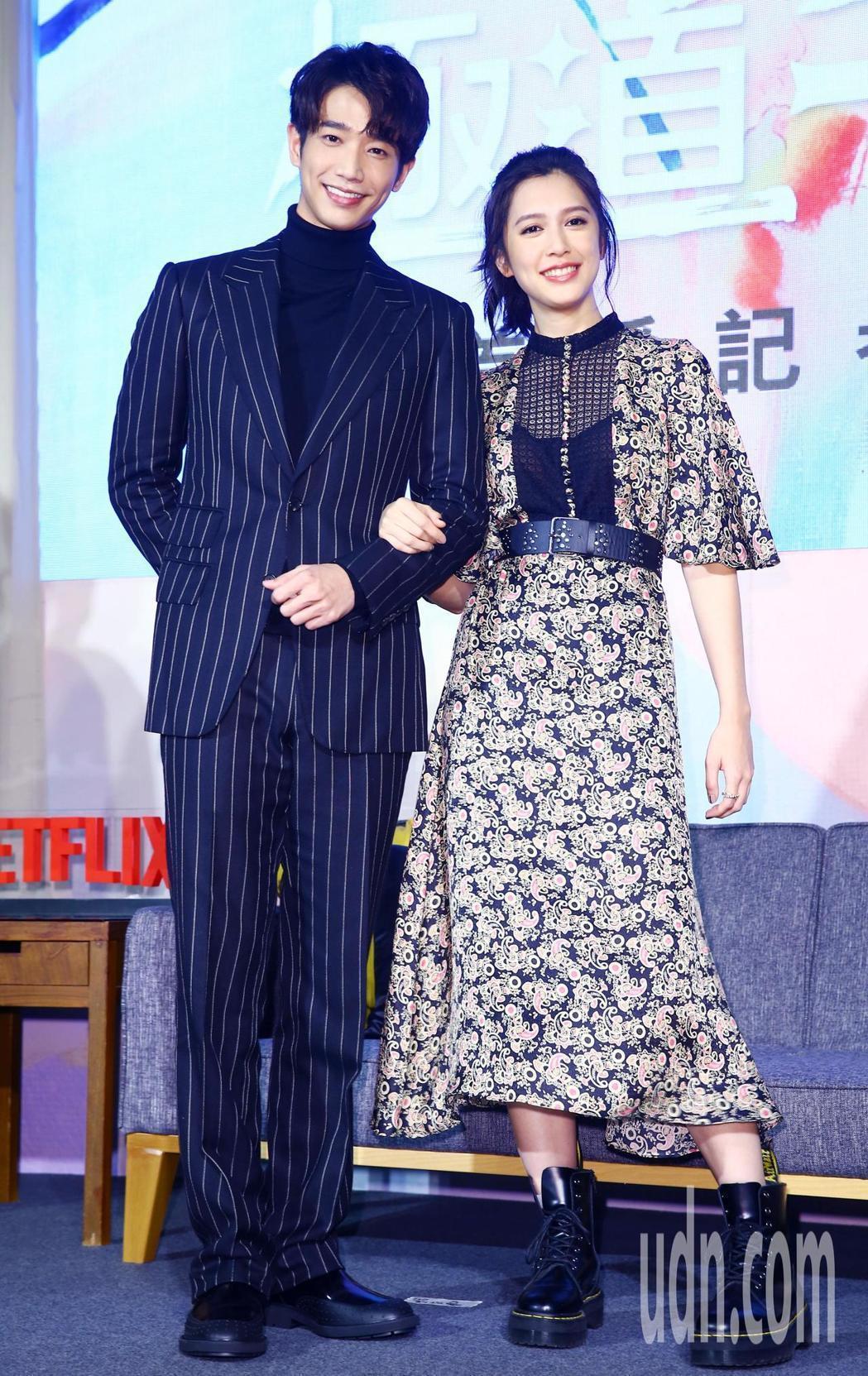 在《極道千金》劇中飾演男女主角的劉以豪(左)、劉奕兒(右)在記者會上公開放閃。記...