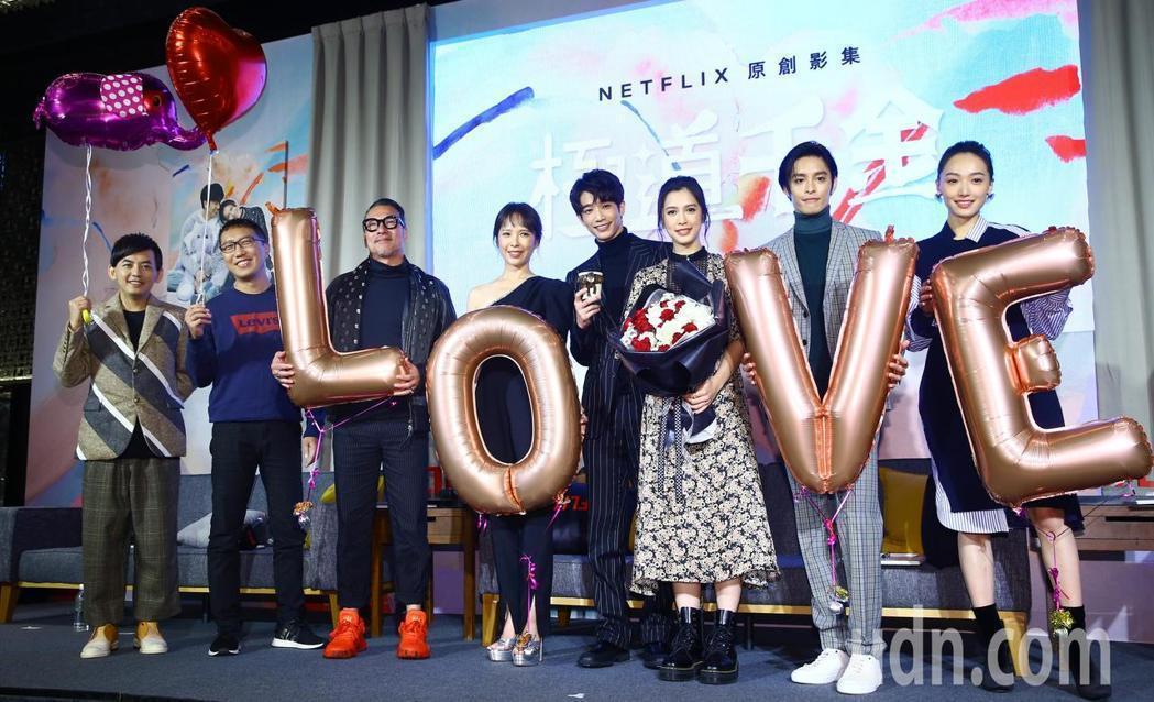 Netflix華語影集《極道千金》今天舉辦上線記者會,由導演吳子雲(左二)帶領劇...
