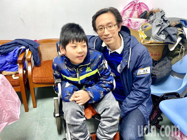 台北市文山特殊學校5年級的林知德罹患腦性麻痺,今天當選模範生,爸爸顯得相當開心。記者魏莨伊/攝影