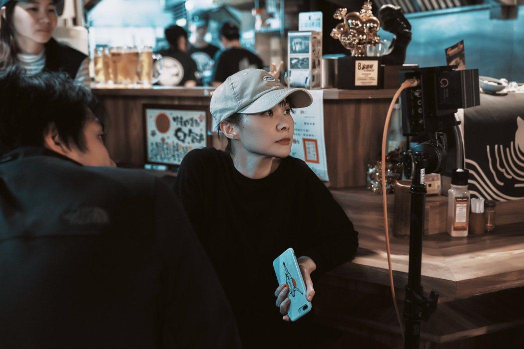 鄭宜農為新歌「輕輕觸碰」MV擔任導演。圖/火氣音樂提供