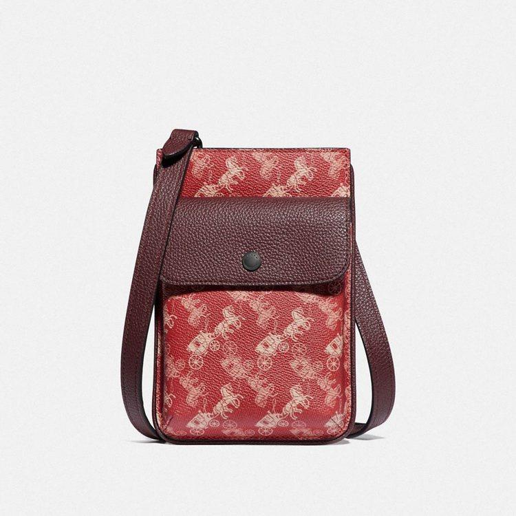 男款側背包,售價9,500元。圖/COACH提供