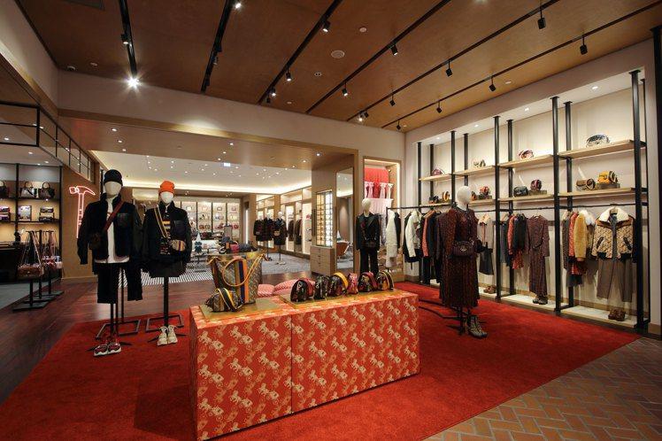 COACH台北101奢華概念店陳列馬車圖案全系列商品。圖/COACH提供