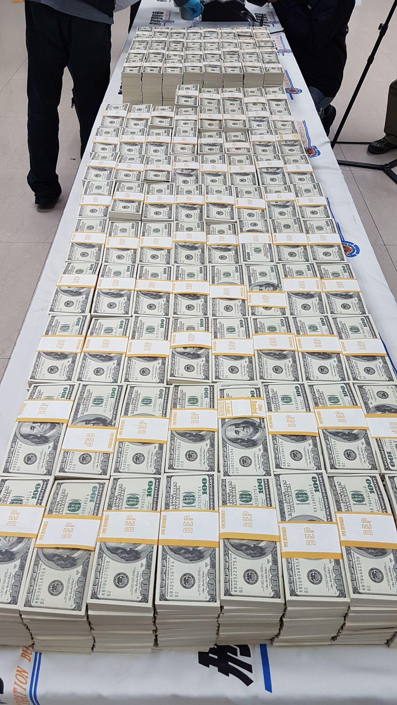 刑事局查獲廖姓男子為首的假美鈔集團,搜出美金總額1092萬餘元的百元假鈔,換算台...