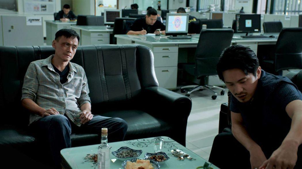 陳以文(左)、姚淳耀在「鏡子森林」中飾演社會線記者,在警局中的戲份,讓人分不清警