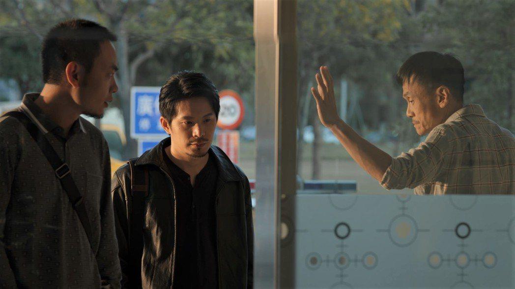 陳以文(右起)、姚淳耀飾演的社會線記者,和飾演刑警的楊大正對手戲多。圖/公視提供