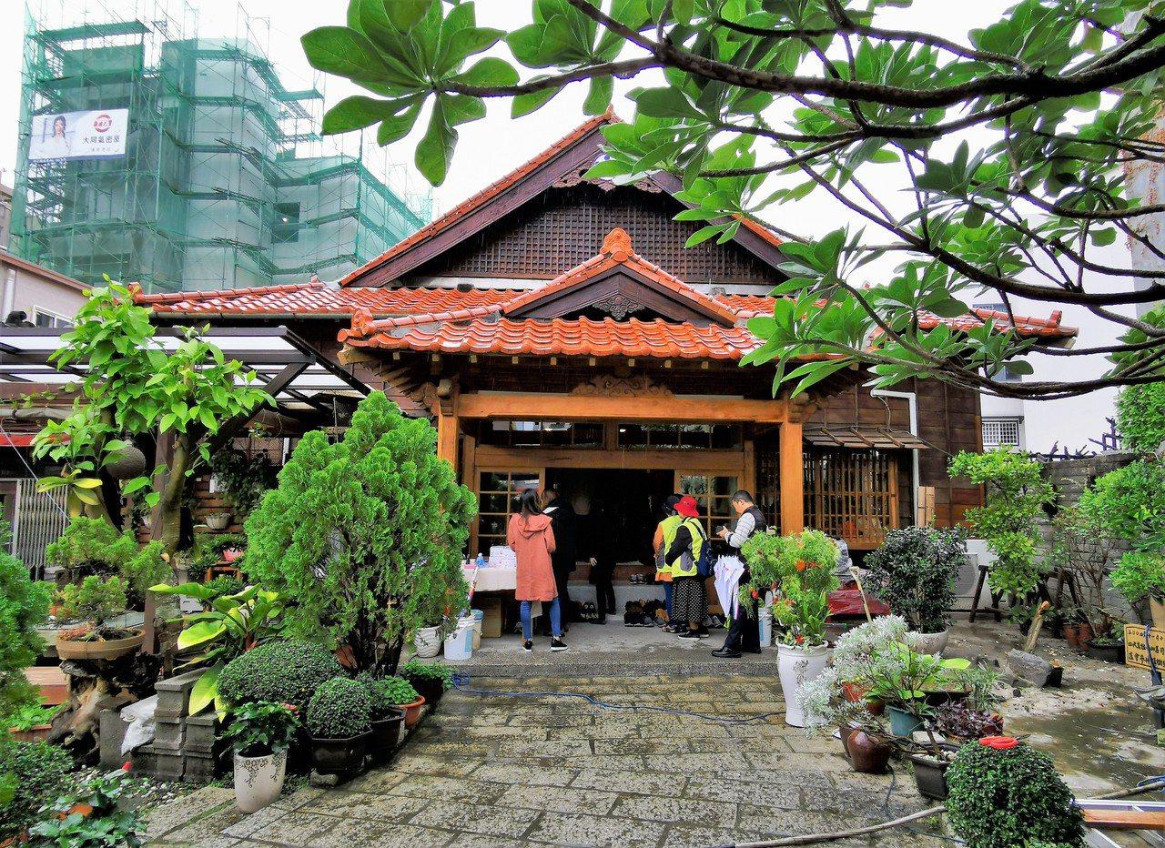 天理教嘉義東門教會,為嘉義市最早使用檜木的教會建築,屋外還有日式庭園造景。記者卜...