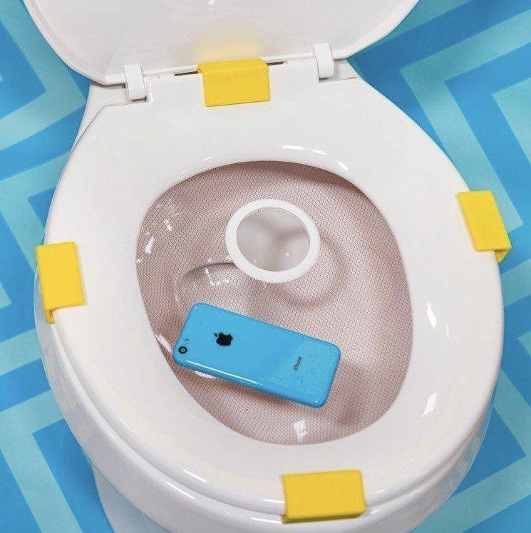有了「Cellphone Crapper Catcher™️」上廁所也能隨意滑手...