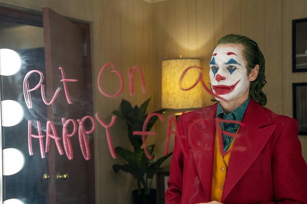 「小丑」瓦昆菲尼克斯角逐奧斯卡影帝,面臨超強對手的挑戰。圖/摘自imdb