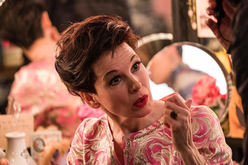 芮妮齊薇格把傳奇女星演得維妙維肖,光芒四射。圖/摘自imdb