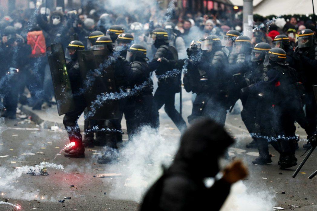 法國巴黎5日發生示威者和警察發生衝突。(歐新社)