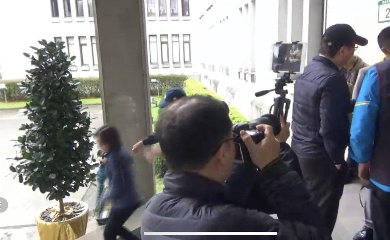 國民黨多名立委至外交部抗議,陳姓女警(左一)被立委陳宜民(左二)推擠,警方表示將...