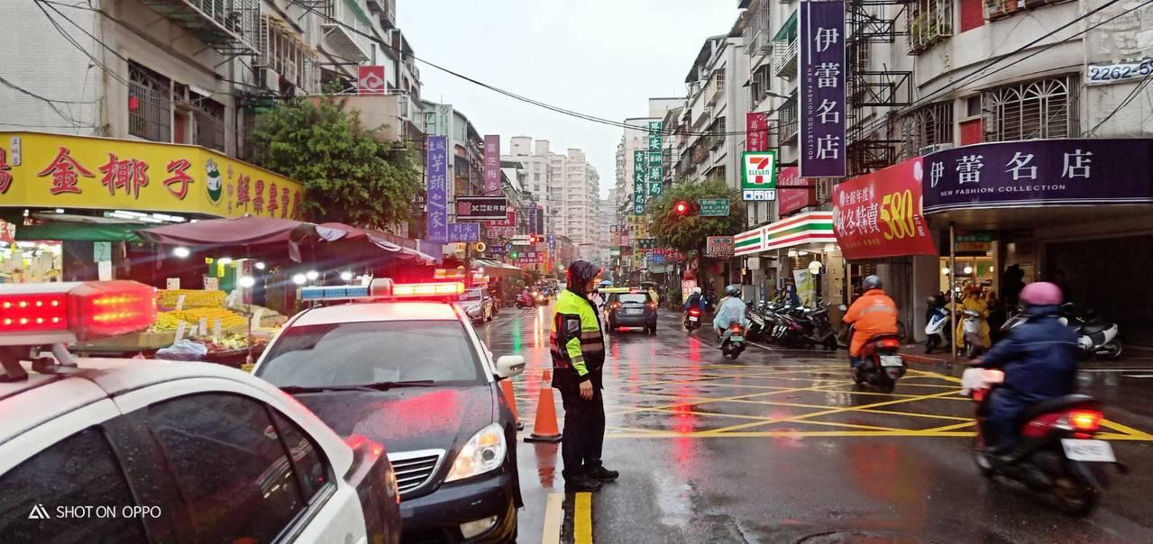 土城警分局廣福派出所警員,趕在上班車潮湧現前恢復暢通。圖/警方提供