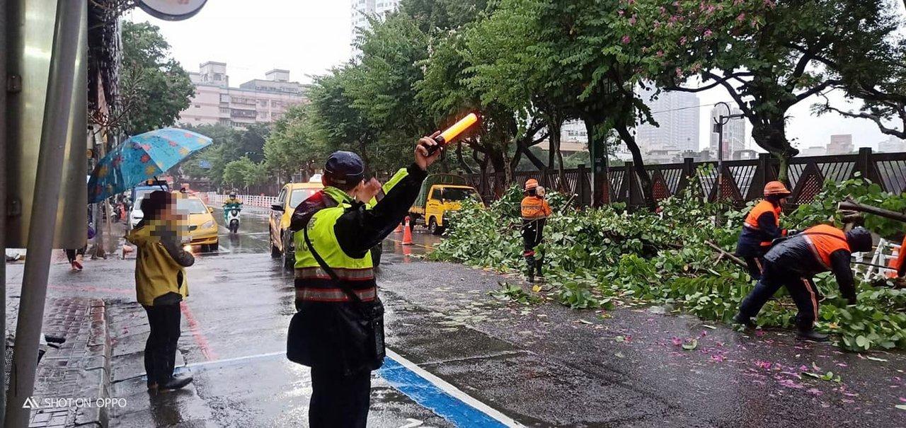 土城警分局廣福派出所警員協助交通疏導,以利清潔人員清運。圖/警方提供