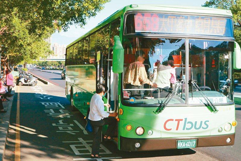 台中市免費公車明年再進化,市府推動「雙十公車」,超過10公里免費里程最多只要花10元。民進黨議員呼籲,市府8年半已花197.9億元補助免費公車,應檢討其成效。 圖/台中市新聞局提供