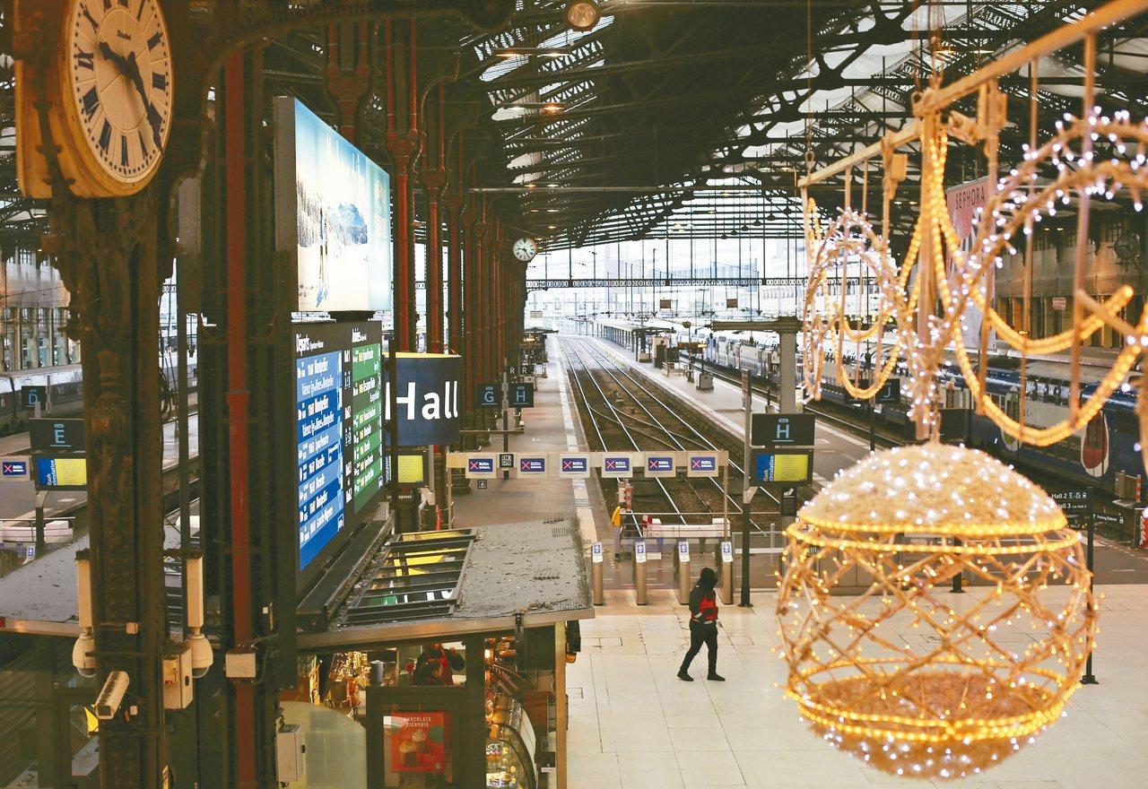 法國里昂火車站六日因大罷工而空空蕩蕩,大型吊燈依然照耀車站。 (美聯社)