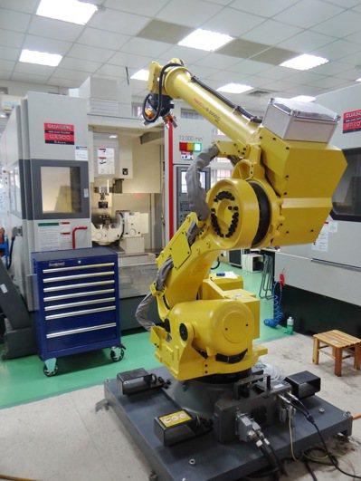 虎科大研發的小小智慧機上盒將可讓機械手更聰明,操作更精準,將可改變精密工業水準。...